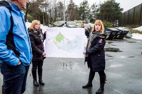 lagt ut for ettersyn: Arealplanlegger i Larvik kommune, Ingunn Baarnes (t.h.) viste i går fram reguleringsplanen for området ved Kaken og Skråvika. Til venstre står barnetalsperson Marianne Brekka. foto: Silje Løvstad thjømøe
