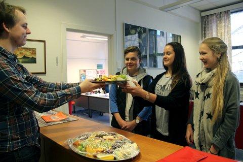 - Tusen hjertelig takk, var reaksjonen til Ole Christian Kvig Holmvaag (15), Christine Kolve Dreyer (15) og Kathrine Rasmussen (14) da AUF-nestleder Jarl-Håkon Olsen kom med frukt til skolens elever.