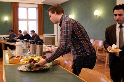 Like før bystyret kom i gang gikk Bodø AUF-nestleder Jarl-Håkon Olsen fram og tok frukten som sto klar til sultne politikere.