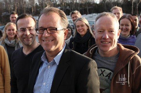 Handelshøgskolen i Bodø ved UiN har flere MBA-studenter enn noen annen utdannings- institusjon i hele landet. Førsteamanuensis Frode Fjelldal-Soelberg, professor/dekan Bjørn Olsen (i midten) og førsteamanuensis Jan-Oddvar Sørnes feirer bragden med MBA-studentene.