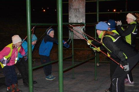 Aktivitetsanlegget er blant annet det som blir brukt for øvelser rettet mot skigåing. Trenerne og barna er like positive, selv uten snø på bakken. Nå håper de snøen vil vise seg snart. Her gjøres det styrkeøvelser.