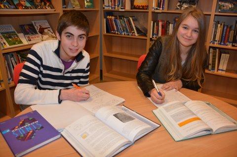 10. klassingane Marcel H. Rød og Marie Ø. Kjeldaas ved Husnes ungdomsskule tek matematikkfag for vidaregåande skule.