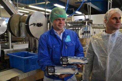Plassjef Steffen Andersen på Norway Seafoods-anlegget i Stamsund viser frem kvalitetsproduktet Loins, som produseres i Stamsund. Til høyre produksjonsdirektør Per Gunnar Hansen i Norway Seafoods.