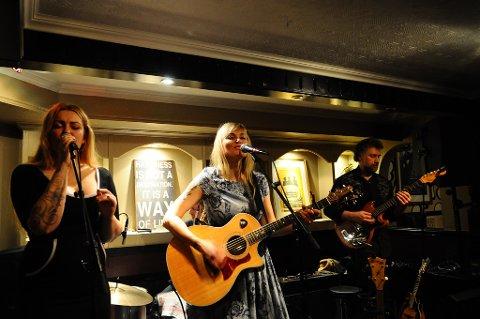 Anita og Tove Bøygard i bandet Bøygard ga en fin konsert i Fastingkjelleren. Lørdagkveld gjester de Veiholmen.