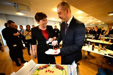 """Arbeidsminister Robert Eriksson serverte LO-leder Gerd Kristiansen egen """"IA-kake"""" i anledningen dagen."""