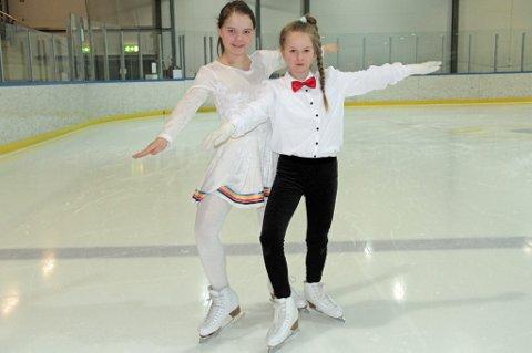 Aurora Heim og Hannah Didriksen stiller opp i et nasjonalt stevne i kunstløp i helga. Det er første gang det skjer for Tromsø Skøyteklubb.