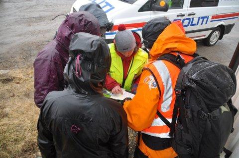 Her briefer leder i Røde Kors, Aimee Larsen hvor de letemannskapene skal lete.