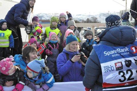 Breidablikk barnehage og andre venner heiet Hege Knutsen inn til mål.