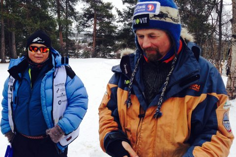 Rennleder Rita Hallvig i dialog med Harald Tunheim etter han ankom Karasjok klokken 11.18. Så han var like bak Ronny Frydenlund på 3. plass.