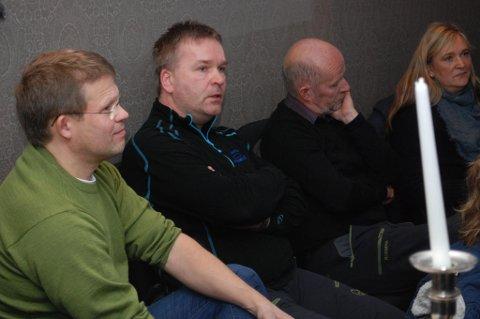 Roger Abrahamsen (nærmest) er ny i styret i Vestvågøy Næringsforum. Teodor Hansen og Karina Johnsen (f.h) går ut av styret. I midten Svein-Kåre Johnsen. Fra årsmøte i næringsforumet onsdag.