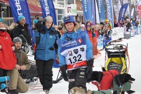 Birgitte Næss Wærner har her krysset mållinja etter drøyt 1.000 kilometer bak på hundespannet.