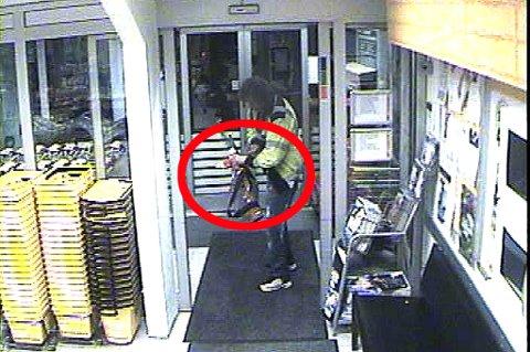 VÅPEN I BUTIKKEN: Mannen ble fanget opp av butikkens overvåkingskamera.