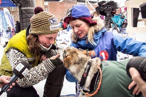 Jernkvinnene Sigrid Ekran (t.v.) og Birgitte Næss Wærner ble nummer en og to i Finnmarksløpet etter en beintøff uke på vidda. De parkerte gutta.