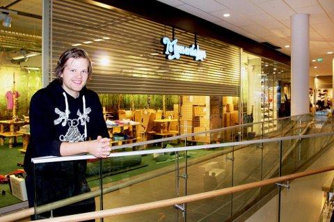 Andreas NIlsen foran Moose on the loose-butikken på Jekta.