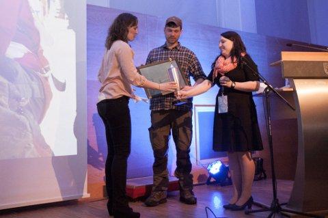 Ben Voigt mottar prisen for beste hundehold av sjefsveterinær Hanna Fredriksen, sammen med Julie Katrine Berg. Foto: Geir Stian Altmann Larsen