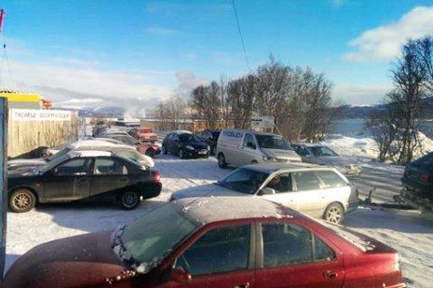 Kø av biler utenfor porten hos Tromsø bilopphuggeri