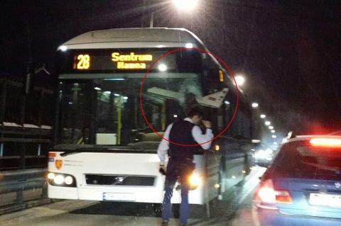 HELDIG: Bussjåføren har trolig hatt flaks da han kom uskadet fra en hendelse på tromsøbrua fredag kveld. Bakluka på en motkjørende buss smalt gjennom frontruta på bussen han kjørte.