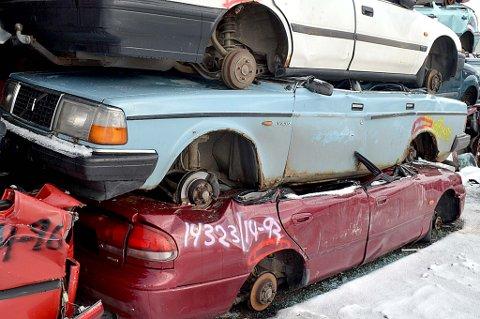 Tre sønner har øvelseskjørt i denne Volvo 240-en som endte sine dager på huggeriet i Mjåneset mandag.