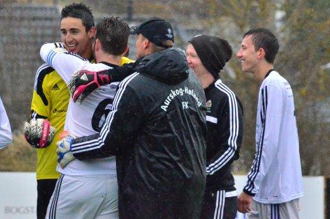 Aurskog-Høland Fotballklubbs keeper Ahmed Jouini (t.v.) fikk klem etter klem av lagkamerater og støtteapparat etter at klubben gikk videre til første runde i cupen.