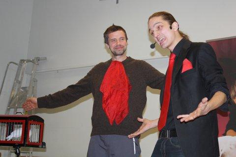 Tryllet: Olav Halse (til venstre) var en av dem som oppe på scenen  hos tryllekunstner Hans Henrik Verpe.