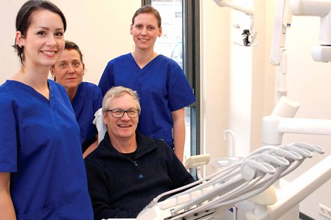 Tannlege Trine Bergsdal (f.v) tannpleier Hanne Abrahamsen og tannlege Marit Skulbru er glade for å ha åpnet dørene til klinikken på Leknes. Gårdeier Peter Pedersen i tannlegestolen er godt fornøyd med nye leietakere.