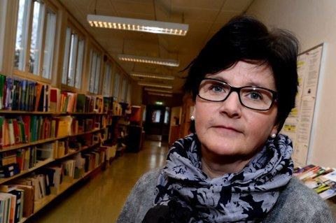 - OVERRASKET: Rektor Lisbeth Jørgensen ved Slattum skole. FOTO: VIDAR SANDNES