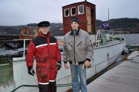 GLADE: Eier Roar Sundt (til høyre) og styreleder Per Inge Høiberg fra Mjøssamlingene foran MS Brandbu rett før den ble heist på land. Begge er glade for at museet overtar eierskapet til båten.