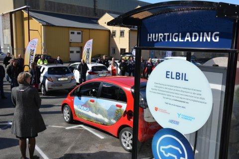 Onsdag opna ordføraren (med ryggen til) den første offentlege og komplette hurtigladestasjonen for elbilar i Kvinnherad. Den står i Rosendal, og det er Kvinnherad Energi som eig og har ansvar for drifta av stasjonen.