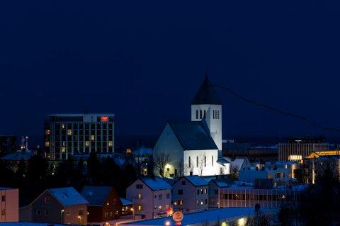 """Det skal 10 til 12 lyskastere for å lyssette Svolvær kirke slik prosjektet """"Svolvær lysetes by"""" ønsker.  Foto. Roy Størkersen"""