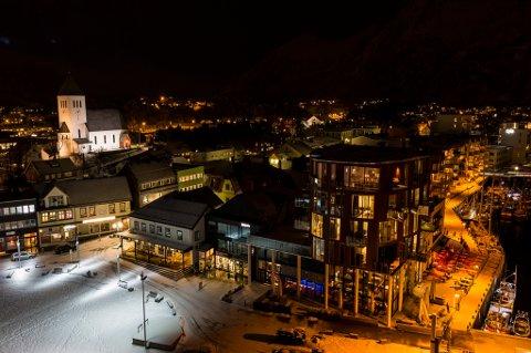 """Lyssetting av Svolvær kirke inngår som en del av prosjektet """"Svolvær lysets by"""".  Foto. Roy Størkersen"""