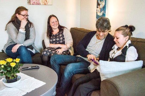 ET TASTETRYKK UNNA: Kristina Lysebo (t.h.) er veldig godt fornøyd med appen, etter å ha testet den i tre måneder før jul. Her sammen med Anne Kathrine Kvelle (f.v.), assisterende avdelingsleder, RE-leder Gry Anja Gundersborg og Odd Ivar Lågøen, avdelingsleder.Foto: Truls Lian