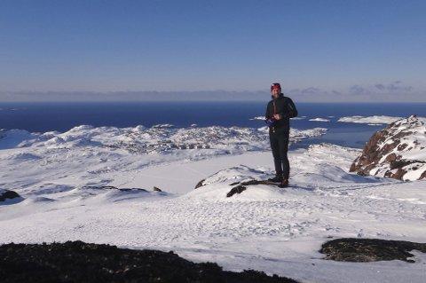 VAKKERT: Deltakerne benyttet muligheten til å stoppe og ta bilder i Grønlands vakre natur under ski-konkurransen. FOTO: PRIVAT