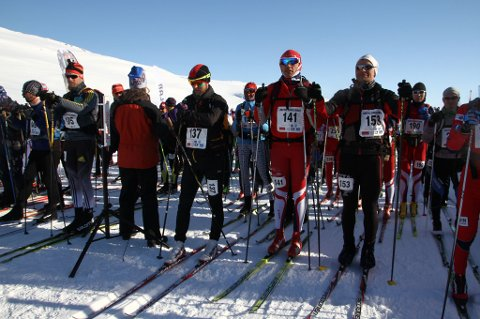 PÅ START: Frode Lein stilte med startnummer 137 (midten), og står her ved startlinjen på Grønland, før det tre dager lange skiløpet. FOTO: PRIVAT