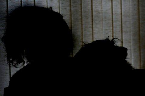 TENKER PÅ PAPPA: «Christine» sitter hjemme med hunden sin på fanget og forteller at hun ofte savner faren sin, men at hun er usikker på om hun ville tilgitt han. FOTO: VIDAR SANDNES