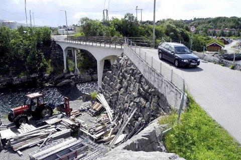 Kommunen har tidligere påtatt seg å rive gammelbrua, men nå ønsker utbyggerne at kommunen forskutterer byggingen av den nye Meløybrua.