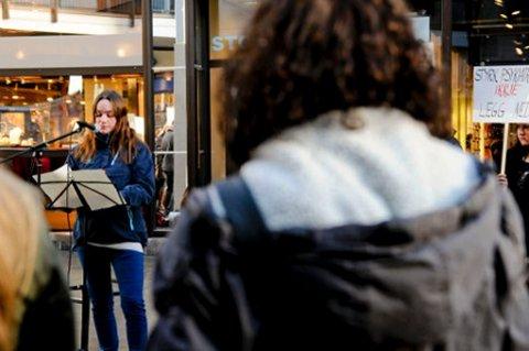 Monica Sørensen holdt appell i Glasshuset i mars i kampen for å beholde enhet for traumelidelser i Bodø. Hun kjemper forstatt.