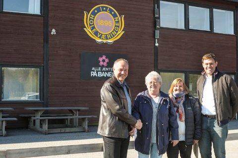 Roy Arild Fossum ble godt mottatt av Holeværingen i går. Her sammen med styremedlem Jorun Hansen, styremedlem Anne Merethe Groseth og styreleder Frederik Skarstein.