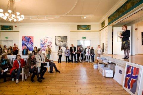 GODT BESØKT: Utstillingen på Eidsvoll Verk var godt besøkt i helgen. Stortingtets visepresident Marit Nyabakk sto for den formelle åpningen.