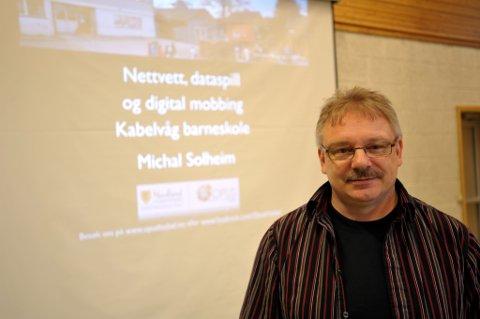 Elevene på mellomtrinnet ved Kabelvåg barneskole fikk høre tankevekkende ting om sosiale medier fra Michal Solheim, og det samme fikk foreldrene mandag kveld.