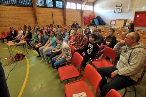 Her er elevene i sjette klasse og sine lærere ved Kabelvåg barneskole  tilhørere om digital mobbing.