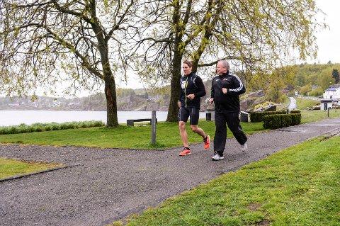 Motivator: Nanset triatlons Trond Skuggedal har gode treningstips å gi mosjonist Bjørn-Gunnar Bruun Hansen som skal fullføre Kon-Tri om sju uker. Foto: Torgrim Skogheim
