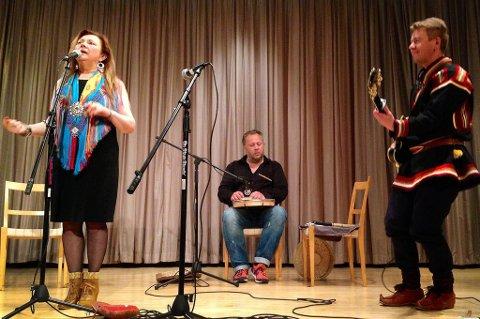 Mari Boine Trio opptrer under åpningen av «Sámi Stories» i New York sist helg, og skal tirsdag holde ny konsert i verdensbyen  i regi av Riddu Riddu-festivalen.