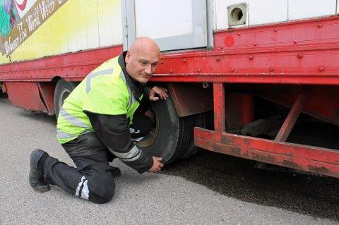 SLITT: Dette dekket kunne eksplodert når som helst, mener Bjørn Uno Rogneby i Statens vegvesen. FOTO: RUNE BERNHUS