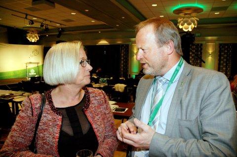 Senterpartiets Marit Arnstad er overrasket over manglende støtte fra andre partier i spørsmålet om mer effektiv rovviltforvaltning. Her sammen med Ivar Odnes, leder av rovviltnemnda i Oppland