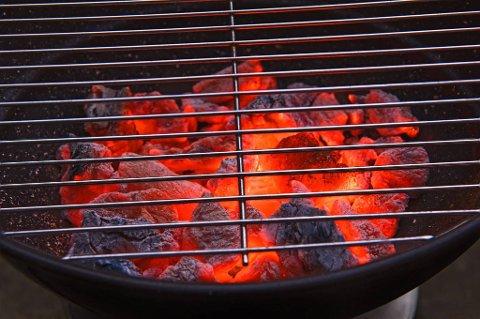 Mange liker duften og sommerfølelsen de får av å grille med kull.