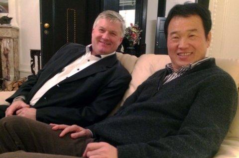 I BOKS: Her sitter Ola O.K. Giæver jr og forretningsmann Huang Nubo i Oslo etter at avtalen om å kjøpe 1.000 mål i Lyngen i Troms er gjort.