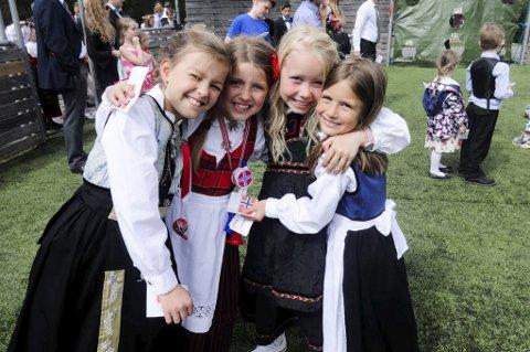 VENNSKAP: Caroline Pettersen (9), Malin Stigstad (8), Lene Holt (8) og Sofia Radfjord (8) koste seg sammen på 17. mai.