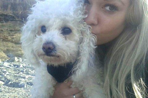 NEKTET BUSSTUR: Julie Marie Andersen (22) fikk ikke være med på bussen da hun ikke ville putte hunden Lilly (5) i bagasjerommet. Dermed måtte hun vente på skyss fra Sortland, 34 kilometer unna.
