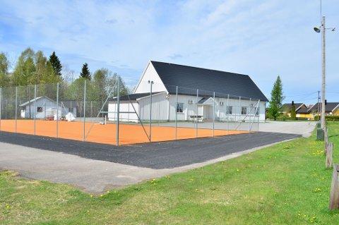 Dekket ved den nye tennisbanen på Momoen er så godt som klart. Når nett og merking er på plass, inviterer MIUL til åpningsturnering.