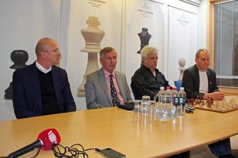 FIDE-MØTE: Ledelsen i FIDE, det internasjonale sjakkforbundet, besøkte Tromsø onsdag. Fra venstre: Hans Olav Karde, styreleder i Tromsø Sjakk 2014, Nigel Freeman, leder for FIDEs sekretariat, visepresident Israel Gelfer og Jøran Aulin-Jansson, president i Norges Sjakkforbund. Foto: Torje Dønnestad Johansen
